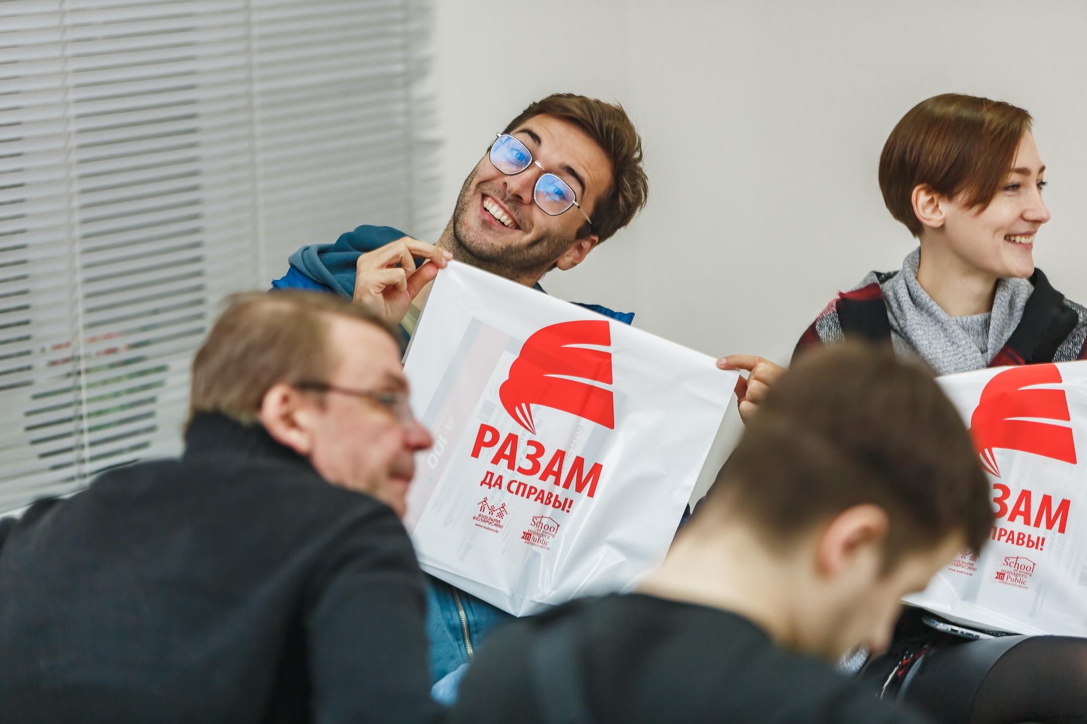 Антон Матолька і Яўгенія Пачэпка з падарункамі ад кампаніі