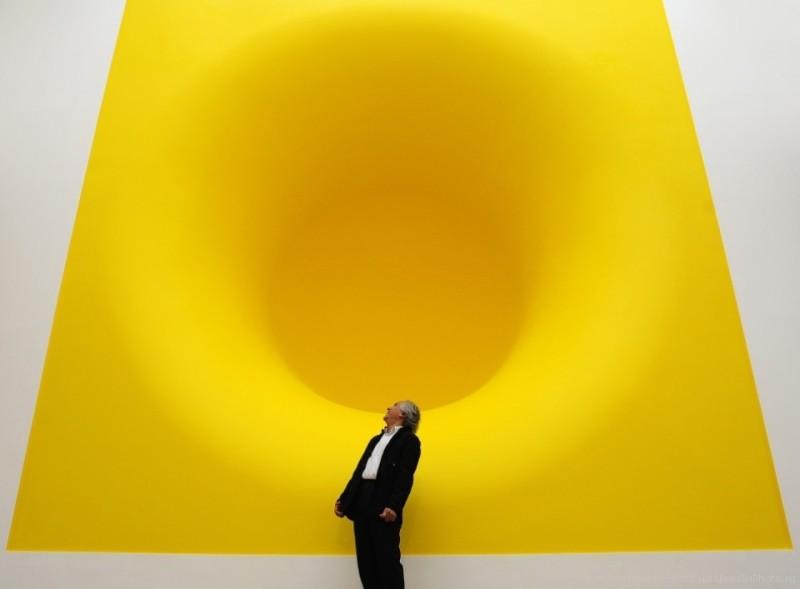Британский художник Аниш Капур позирует на фоне своей скульптуры «Желтый» в лондонской Королевской академии искусств. 22 сентября 2009 года.