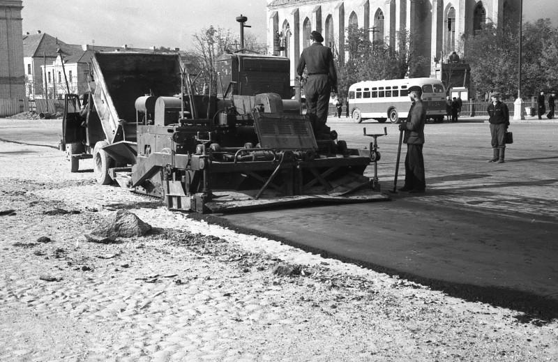 Унікальнае фота - пасляваенная закатка асфальтам бруку на Савецкай плошчы