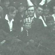 1. Дзмітрый Чайкоўскі (сядзіць першы справа ў белай кашулі), сярод вучняў Клецкай беларускай гімназіі, 1929/1930 гг.