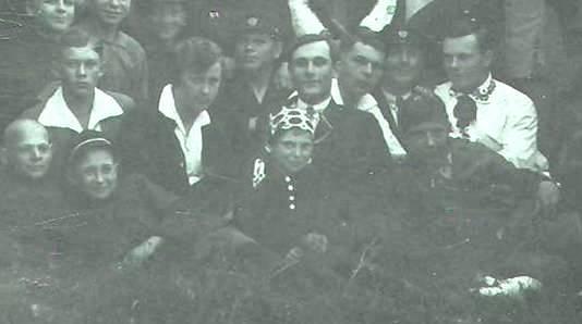 Дзмітрый Чайкоўскі (сядзіць першы справа ў белай кашулі), сярод вучняў Клецкай беларускай гімназіі, 1929/1930 гг.