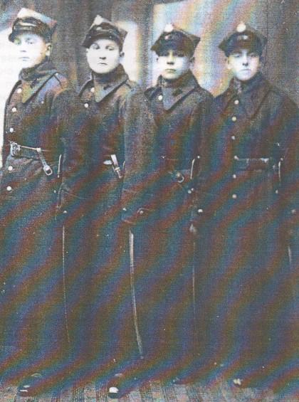 Мустафа Абрамовіч (першы справа) падчас службы ў 13-м уланскім палку. Новая Вільня, 1938 г.
