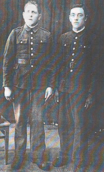 Мустафа Абрамовіч (справа) у савецкім палоне. Крывы Рог, снежань, 1939 г.
