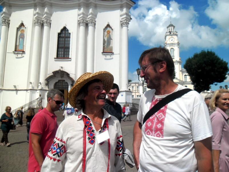 Алесь Пушкін і мастак Сяргей Масіха ля гарадской ратушы