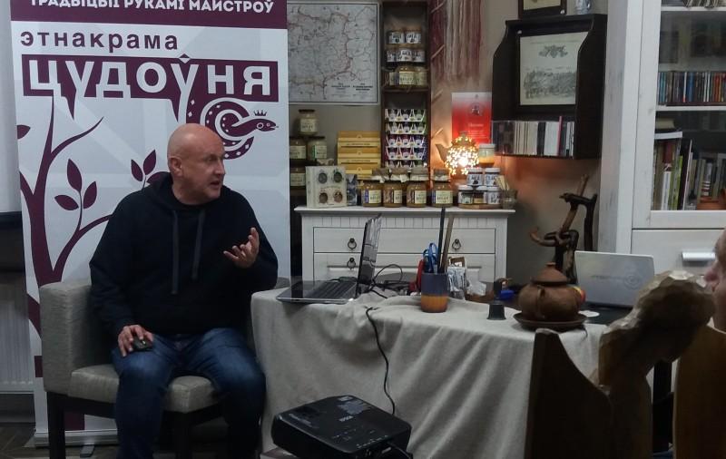 Антон Астаповіч падчас лекцыі, фота А. Шаранкевіча