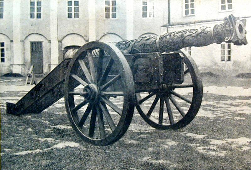 """Гармата """"Хімера"""", адлітая Г. Мольцфельтам, выстаўленая на замкавым дзяцінцы. Фота 1920–1930-х гг."""